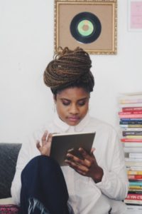 Jennifer Padjemi créatrice du podcast féministe Miroir Miroir