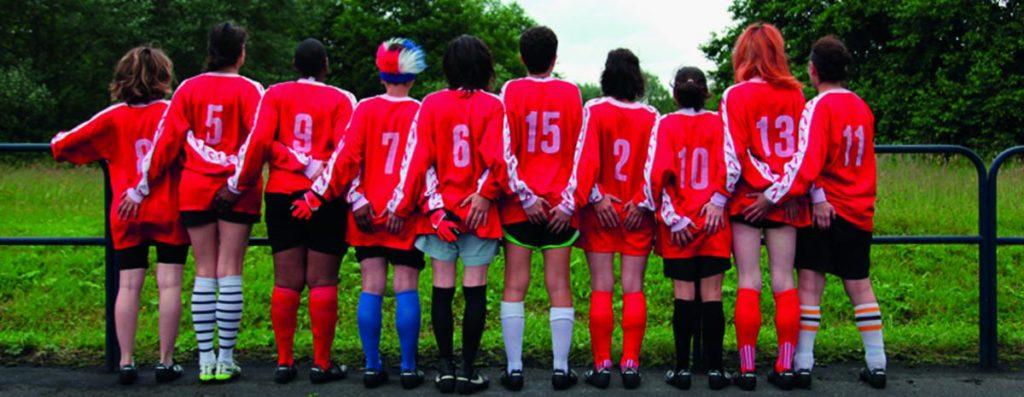 Groupe de footbaleuse de dos par Rebecca Chaillon - Les dégommeuses