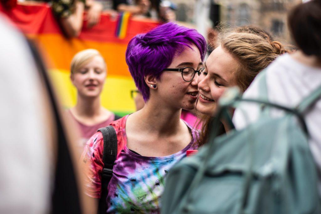 gouine s'embrassant à une pride - Friction Magazine lesbien