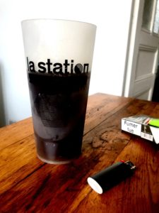 """Roxane, chroniqueuse gouine féministe, boit son café dans un eco-cup """"La Station"""""""