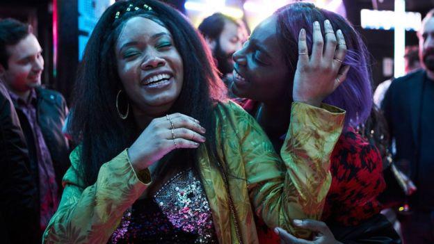 Arabella et son amie font la fête - I may destroy you série viol
